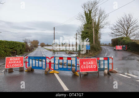 East Lyng, Somerset, UK. 7th February 2014. Road block at the junction between the A361 and Cuts Road at East Lyng - Stock Photo