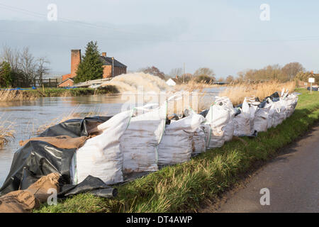 Flood defences at the village of Burrowbridge in Somerset on 8th February 2014. Due to high rainfall, the River - Stock Photo