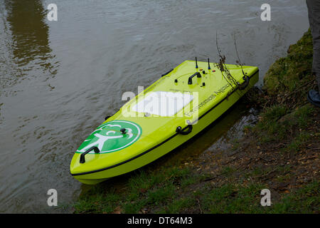 Kingston upon Thames, Surrey, UK. 10th Feb, 2014.  Environment Agency staff  use an ARC (Acoustic Remote Control) - Stock Photo