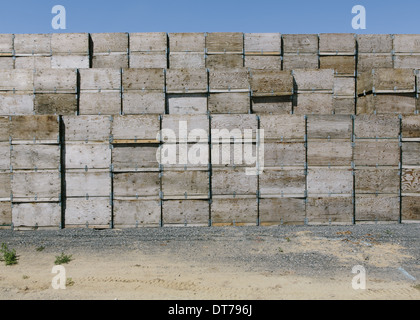 Large stack of fruit boxes for harvesting and storing apples, near Quincy - Stock Photo