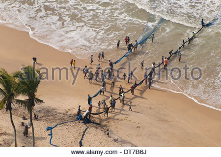People pulling in net set for shorefishing Ghana Ghana - Stock Photo