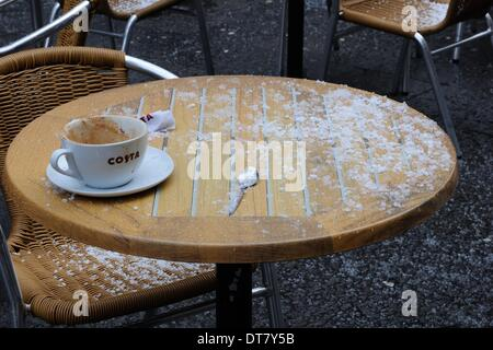 Sauchiehall Street, Glasgow, Scotland, UK.11th Feb, 2014. Glasgow suffers sudden wintery blast. Patrons of this - Stock Photo