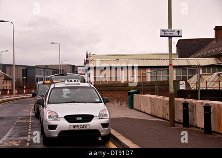 Dundee, Scotland, UK. 12th February, 2014. Taxi Rank close to Construction work at the Dundee Railway Station which - Stock Photo
