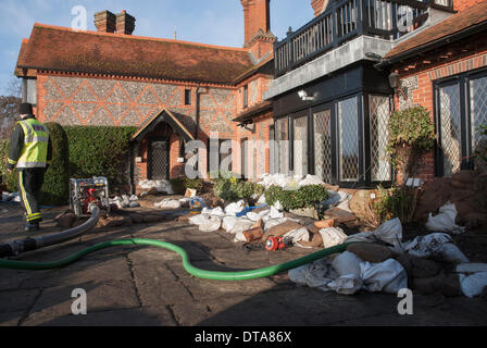 Marlow, UK. 13th Feb, 2014. Wayne Burry from the Buckinghamshire Fire and Rescue Service pumps water from a riverside - Stock Photo