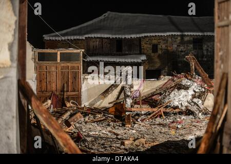 (140214) -- PAN'AN, Feb. 14, 2014 (Xinhua) -- Photo taken on Feb. 13, 2014 shows the ruins of a collapsed building, - Stock Photo