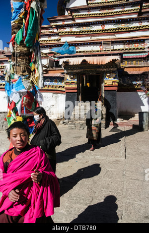 Tibetan pilgrims at the Kumbum chorten of Pelkor Chode Monastery, Gyantse, Tibet - Stock Photo