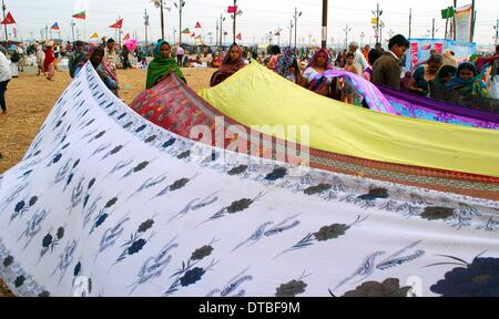 Allahabad, India - 14feb.2014: Devotee drying their sarres after taking holydip at Sangam on the occasion of Maghi - Stock Photo