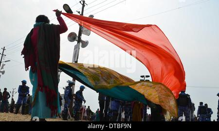 Allahabad, India - 14feb.2014: A women Devotee drying Saree after taking holydip at Sangam on the occasion of Maghi - Stock Photo