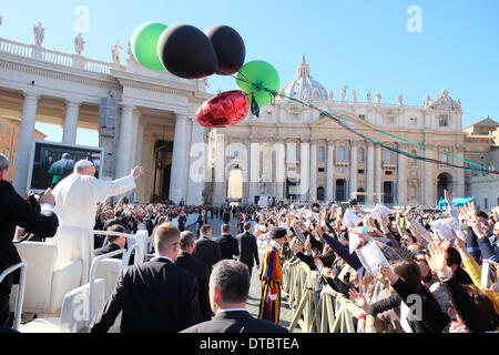 St. Peter's Square, Vatican, Rome, Italy. 14th Feb, 2014. The Pope invited 'engaged' couples to spend St. Valentines's - Stock Photo