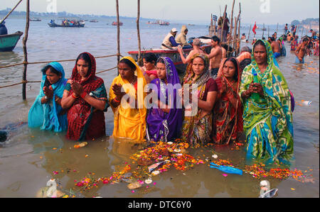 Allahabad, India. 14th Feb, 2014. 14feb.2014: Devotee performing ritual during taking holydip at Sangam on the occasion - Stock Photo