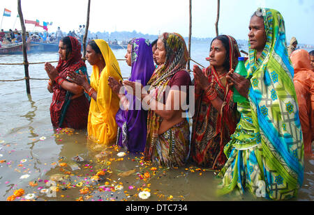 Allahabad, India. 14th Feb, 2014. 14feb.2014: Devotee performing worship after taking holydip at Sangam on the occasion - Stock Photo