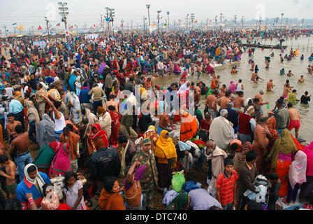 Allahabad, India. 14th Feb, 2014. 14feb.2014: Devotee gather at Sangam at Sangam on the occasion of Maghi Purnima - Stock Photo