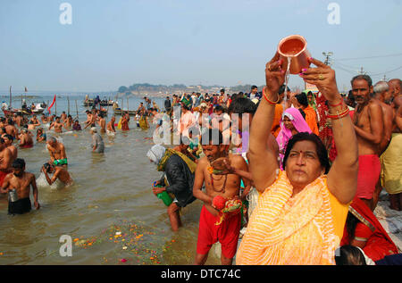 Allahabad, India. 14th Feb, 2014. 14feb.2014: Devotee performing ritual after taking holydip at Sangam on the occasion - Stock Photo