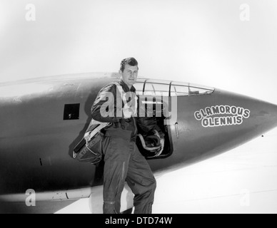 US Air Force test pilot Chuck Yeager standing in front of Glamorous Glennis the Bell X-1 aircraft that broke the - Stock Photo