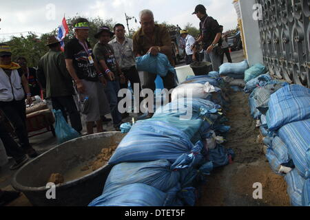 Bangkok. Thailand. 17 February 2014. Anti-government protesters build concrete walls to block two main gates of - Stock Photo
