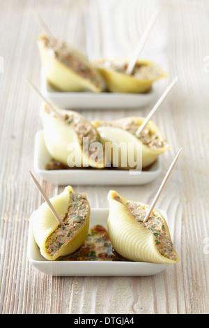 Conchiglie stuffed with fromage frais,sun-dried tomatoes and rocket lettuce - Stock Photo