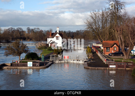 Goring on Thames lock gates flooded, lock keepers cottage stranded in flood water. - Stock Photo