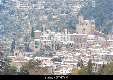Valldemossa town in Winter. 15th century Cartuja monastery (top). 13th century church (bottom). Majorca, Balearic - Stock Photo