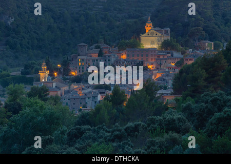 Valldemossa town at dusk. 15th century Cartuja monastery (top). 13th century church (bottom). Majorca, Balearic - Stock Photo