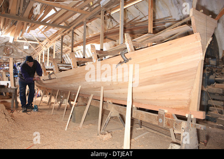Dave Currah building a Pilot Gig at Looe, gigs are used for racing around the coast, he's one of a few craftsman - Stock Photo