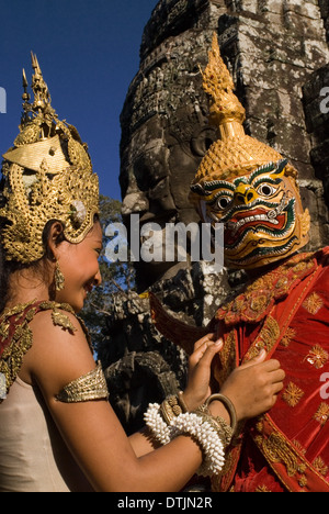 Apsara dancers at Bayon. The confusion in the plan of the Bayon and the intricacy of its buildings results no doubt - Stock Photo