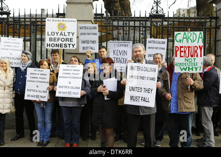 Dublin, Ireland. 19th February 2014. Protesters stand outside Dail Eireann in support of the Garda whistleblowers. - Stock Photo