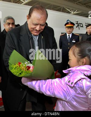 Shanghai. 21st Feb, 2014. Pakistani President Mamnoon Hussain accepts flowers from a girl at the Hongqiao Railway - Stock Photo