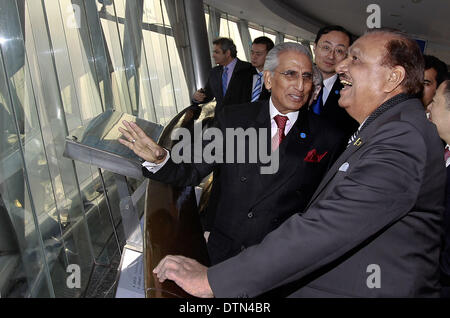 Shanghai. 21st Feb, 2014. Pakistani President Mamnoon Hussain (R) visits the Oriental Pearl TV Tower in east China's - Stock Photo