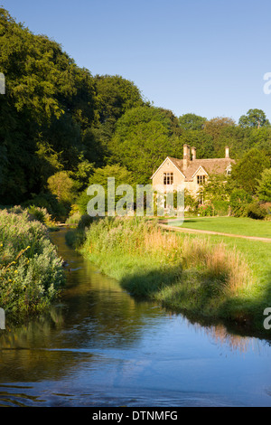 Picturesque farmhouse beside the River Eye in the Cotswolds village of Upper Slaughter, Gloucestershire, England. - Stock Photo