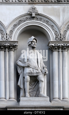 London, England, UK. Statue overlooking Holborn Viaduct: William Walworth (d1385: twice Lord mayor of London) - Stock Photo
