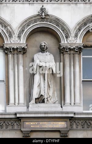 London, England, UK. Statue overlooking Holborn Viaduct: Henry FitzEylwin / FitzAylwin (first mayor of London) - Stock Photo