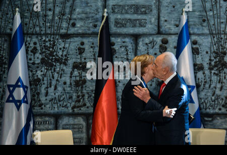 (140226) -- JERUSALEM, Feb. 26, 2014 (Xinhua) -- Israeli President Shimon Peres (R) kisses visiting German Chancellor - Stock Photo