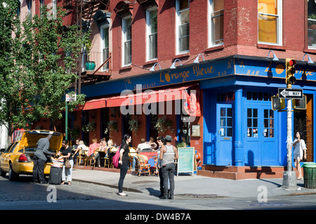 Street scene of people walking near diners enjoying dinner and drinks at L'Orange Bleue in SoHo. L'Orange Bleue - Stock Photo
