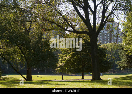 Sheep Meadow, Central Park, New York City in springtime with view of Midtown Manhattan skyline. One of the great - Stock Photo