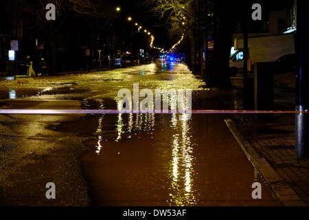 London, UK. 27th Feb, 2014. Burst water main floods the A3 Clapham Rd near Oval station. Pictured: Emergency services - Stock Photo