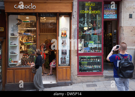 Spain, Catalonia, Barcelona, Caboclo hand made shoes shop in the narrow streets of the Gothic Quarter. - Stock Photo