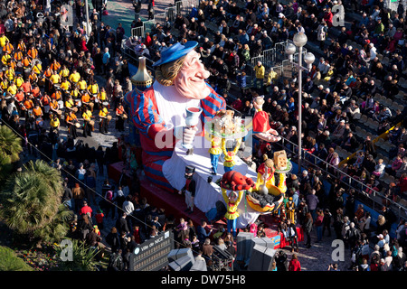CARNIVAL PARADE OF NICE ON THE FAMED 'PROMENADE DES ANGLAIS' (in 2014). Elevated view from the Méridien Hotel's - Stock Photo