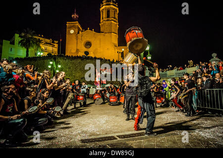 Sitges, Spain. March 2nd, 2014: A drum band performs during the Sunday parade of the carnival in Sitges Credit: - Stock Photo
