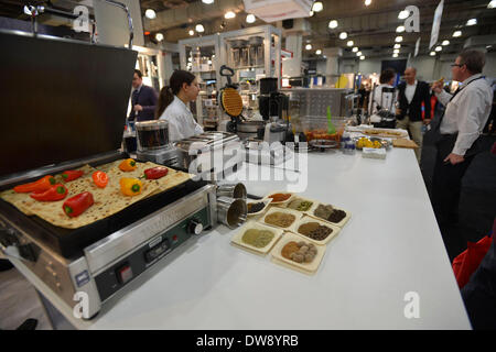 (140304) -- NEW YORK, March 4, 2014 (Xinhua) -- Photo taken on March 3, 2014 shows foodservice equipments on display - Stock Photo