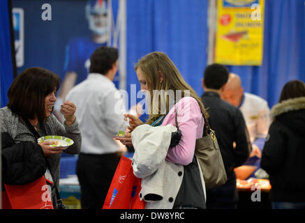 (140304) -- NEW YORK, March 4, 2014 (Xinhua) -- Visitors enjoy free food during the International Restaurant & Foodservice - Stock Photo
