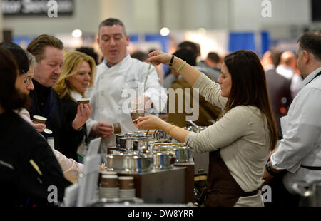 (140304) -- NEW YORK, March 4, 2014 (Xinhua) -- An exhibitor serves free food for visitors during the International - Stock Photo