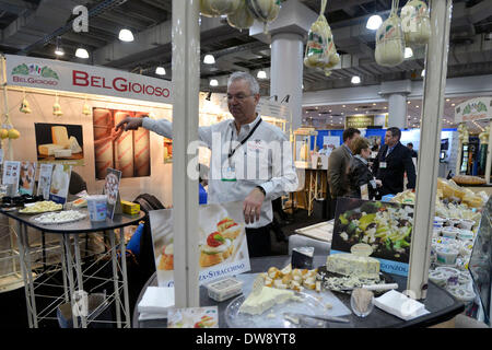 (140304) -- NEW YORK, March 4, 2014 (Xinhua) -- An exhibitor promotes chees during the International Restaurant - Stock Photo