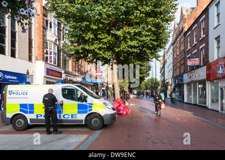 Police van in Broad Street, Reading, Berkshire, England, GB, UK. - Stock Photo