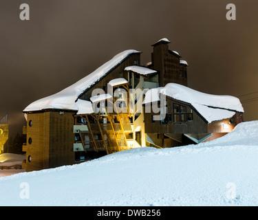 Avoriaz, Avoriaz, France. Architect: Jacques Labro, Simon Cloutier, Jean-Jacques Orzoni, 2014. Datcha (1986) (Winter). - Stock Photo