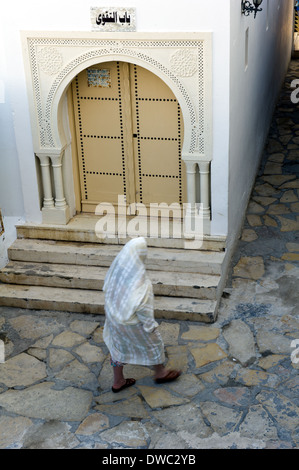 North Africa, Tunisia, Cape Bon. Hammamet. Tunisian wearing traditional clothing, walking in the Medina. - Stock Photo