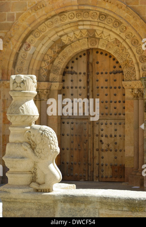 Arch and door of the Church of St. Peter, a romanesque church located in Avila, Spain. - Stock Photo