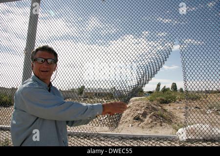 A gap in the fence dividing USA and Mexico at El Paso/Juarez - Stock Photo