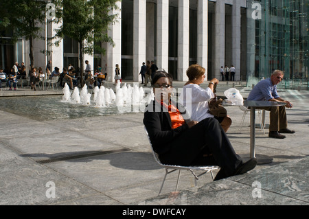 People take a desanso in Grand Army Plaza. Grand Army Plaza ( Grand Army Plaza ) . This square was named in honor - Stock Photo