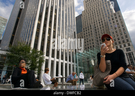People take a desanso in Grand Army Plaza near Central Apple store. Located between Calle 58 and 60, next to the - Stock Photo