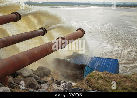 Bridgwater, UK. 10th March, 2014. Dutch high-capacity pumps in operation at Dunball Wharf near Bridgwater on Monday - Stock Photo